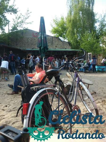 parque cerca del rio berlin bicicleta
