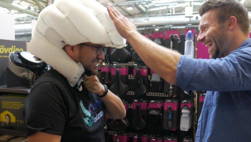 Hovding El casco bufanda con Airbag test