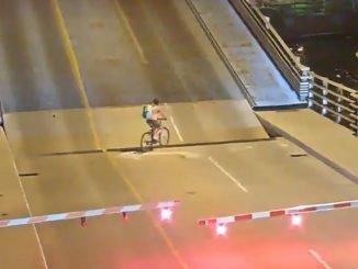 ciclista atrapada puente