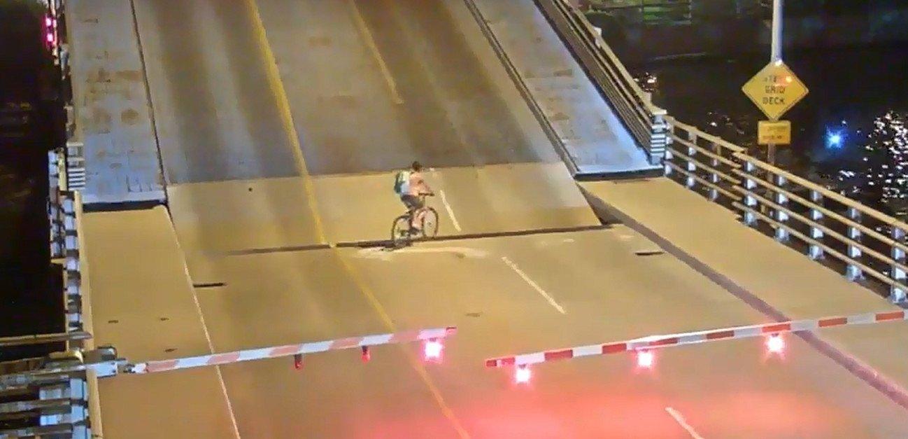 ciclista atrapada puente plegable