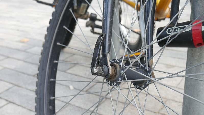 nunca aparques una bicicleta con un cierre inseguro